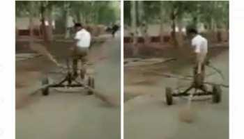 Desi Jugaad: बिना मेहनत चुटकियों में साफ हो जाती है पूरी रोड, देखें झाड़ू लगाने का बेमिसाल देसी जुगाड़