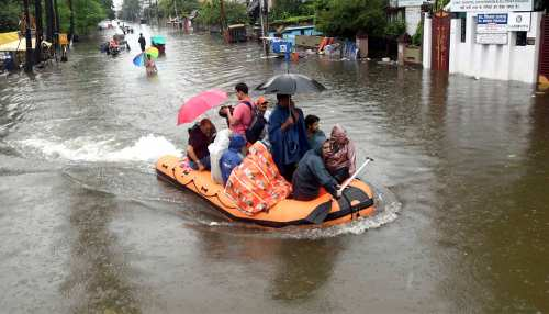 बिहार: 12 घंटों से रुकी है बारिश, जलदूत बनकर लोगों की मदद में जुटे हैं NDRF के जवान