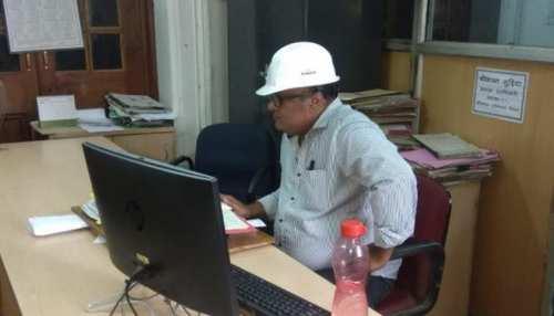बिहार बारिश: सचिवालय कर्मियोंको सता रहा छत गिरने का डर, हेलमेट पहनकर कर रहे काम