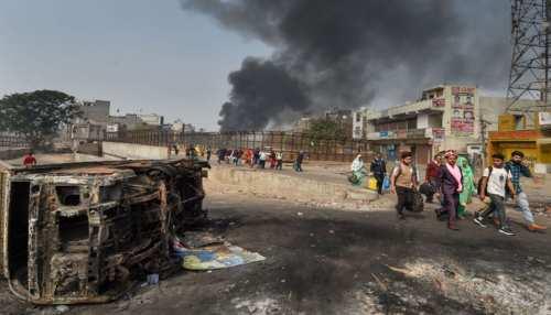 Delhi Violence: 27 मौत, 18 FIR और 106 गिरफ्तारी, हिंसाग्रस्त इलाकों में पहुंचे केजरीवाल