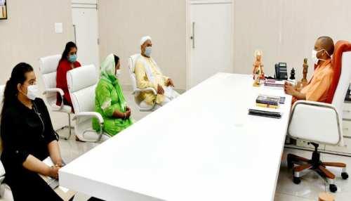 कानपुर शूटआउट: शहीद CO के परिवार से मिले CM योगी, बोले- ''न्याय होगा, सरकार आपके साथ''