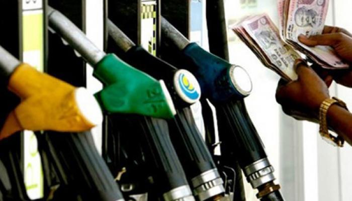 पेट्रोल 1.82 रुपए प्रति लीटर हुआ सस्ता, डीजल 50 पैसे महंगा