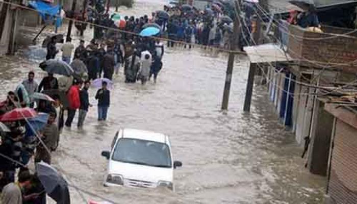 जम्मू कश्मीर बाढ़: घट रहा है जलस्तर, लाखों लोगों को अब भी मदद की दरकार