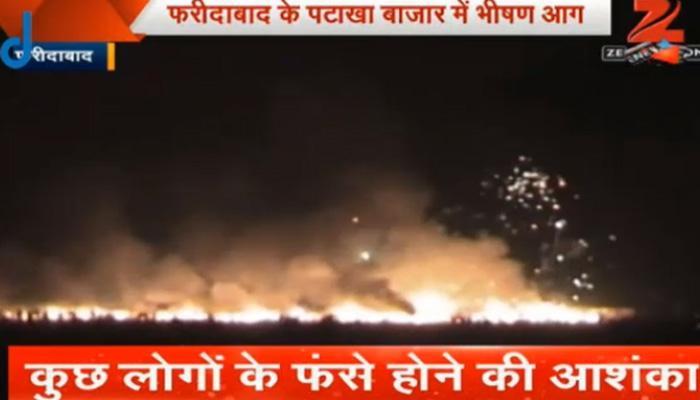फरीदाबाद: दशहरा मैदान के पटाखा बाजार में भयानक आग, 230 दुकानें खाक