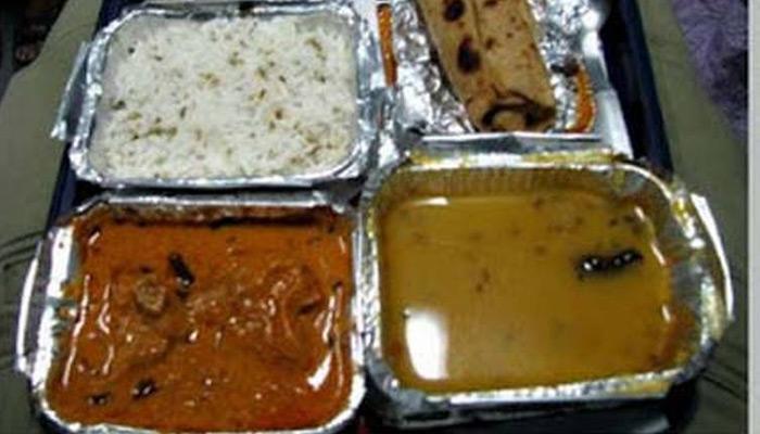 रेलवे के शाकाहारी खाना में यात्री को मिली हड्डी!