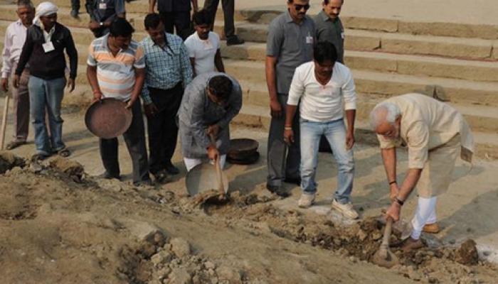 PM मोदी ने वाराणसी के अस्सी घाट की सफाई की, CM अखिलेश, 8 अन्य को किया नामित