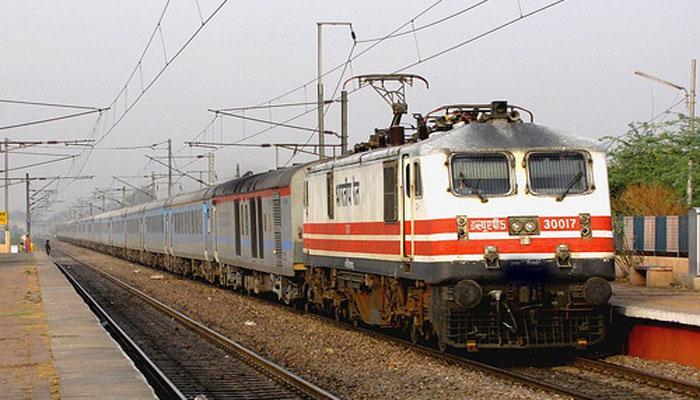जनरल टिकट लेकर स्लीपर में बैठे तो GRP कर्मियों ने चलती ट्रेन से फेंका
