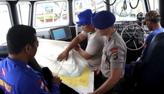 एयर एशिया विमान की तलाश जारी, ब्लैक बॉक्स की तफ्तीश में जुटे विशेषज्ञ