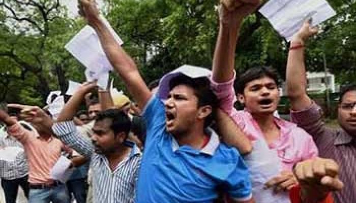 फीस के नाम पर अवैध वसूली कर रहे कॉलेज, आरोप लगा रहे छात्रों ने किया हंगामा