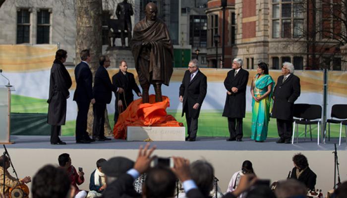 ब्रिटिश संसद के सामने गांधी की ऐतिहासिक प्रतिमा का अनावरण