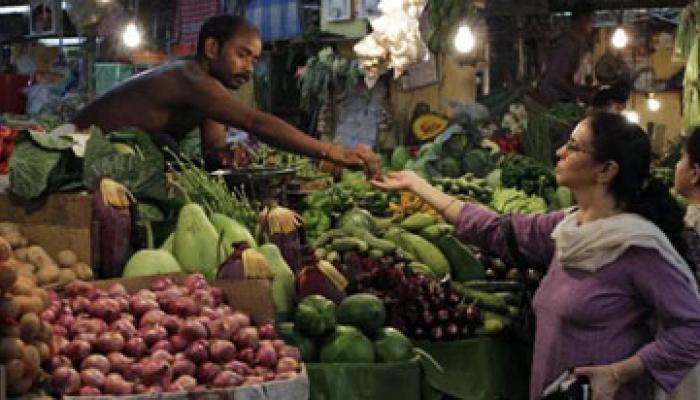 महंगाई दर फरवरी में घटकर शून्य से 2.06% नीचे, खाद्य, ईंधन सस्ता
