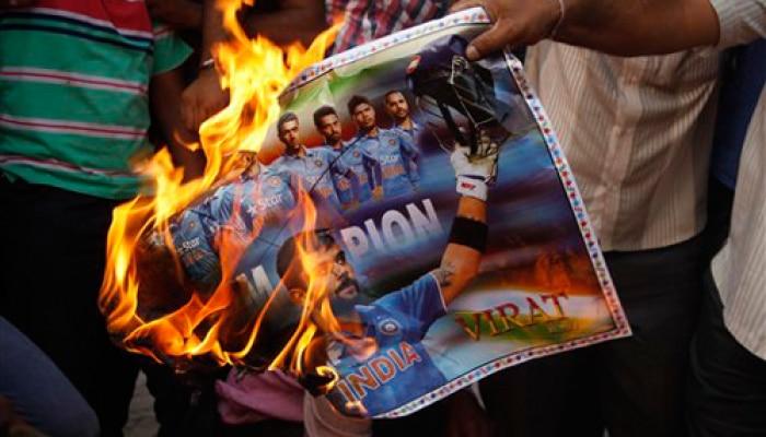 टीम इंडिया की हार से दुखी क्रिकेट प्रेमियों ने तोड़ डाला टीवी , खिलाड़ियों के पोस्टर जलायें