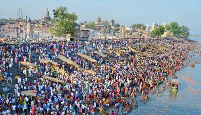 रामनवमी पर अयोध्या पहुंचे श्रद्धालु, सरयू में लगाई डूबकी