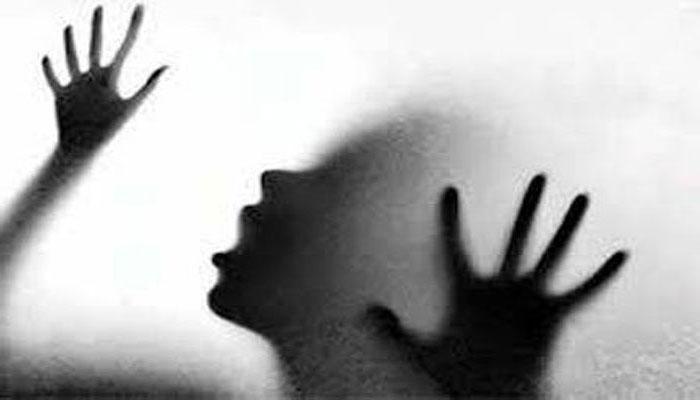 छेड़छाड़ के विरोध में चलती गाड़ी से कूदी दलित महिला की मौत