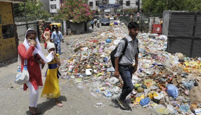 दिल्ली कूड़ा संकट : आप नेताओं ने झाड़ू उठाया, दिल्लीवासी बोले-यह 'डर्टी पॉलिटिक्स' है
