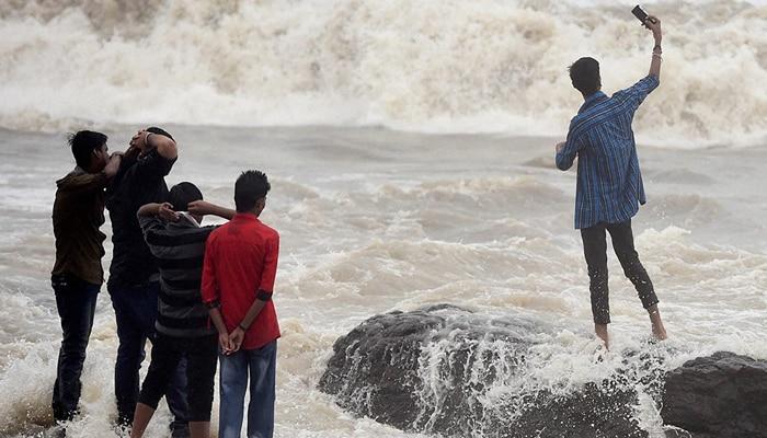 बारिश से थमी मुंबई; हाई टाइड गुजरा, ट्रेनों का परिचालन रद्द होने से बढ़ीं मुसाफिरों की मुश्किलें