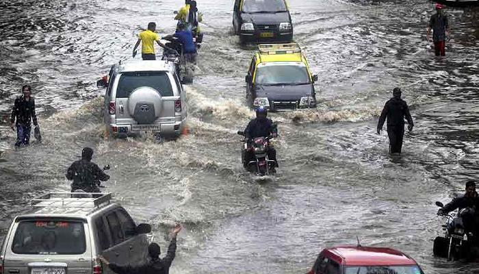 भारी बारिश से फिर थमी मुंबई, 24 घंटों में और बारिश का अनुमान