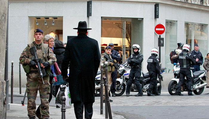 पेरिस में बंदूकधारियों ने एक स्टोर पर कब्जा किया, 10 लोग मौजूद