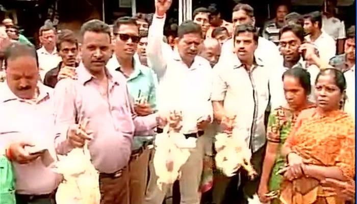 मुंबई में मीट बैन पर गरमाई सियासत, शिवसेना और MNS ने लगाया मीट का स्टॉल