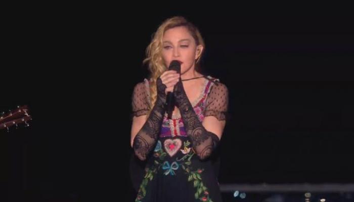 ...पेरिस हमले से दुखी मडोना जब स्टेज पर ही रो पड़ी, देखें वीडियो