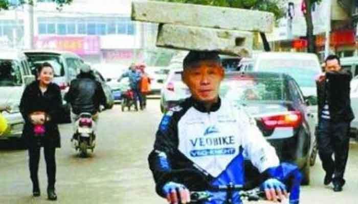 OMG! सिर पर 34 किलो का पत्थर रख रोज 10 KM साइकिल चलाता है यह शख्स