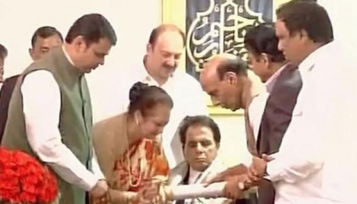 अभिनेता दिलीप कुमार को पद्म विभूषण, राजनाथ ने घर जाकर दिया सम्मान