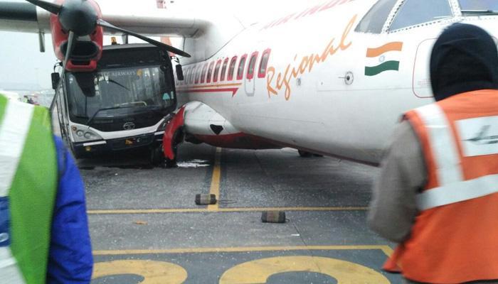 कोलकाता एयरपोर्ट पर बस ने एयर इंडिया के विमान को मारी टक्कर