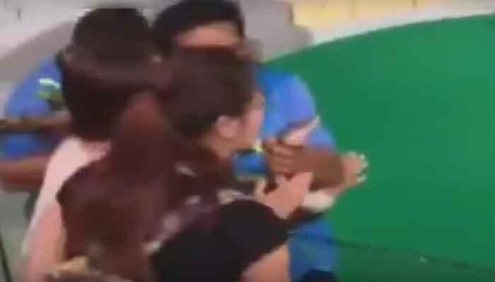 चीनी युवती को महंगा पड़ गया सांप को किस करना, देखें वीडियो