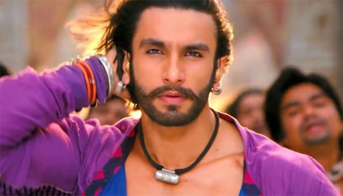 सैफई में मुलायम के पैरों में झुके 'बाजीराव' रणवीर सिंह! देखिए वीडियो