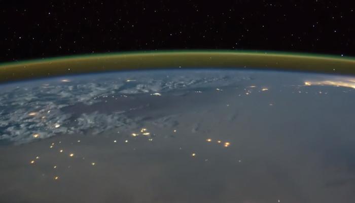 अंतरिक्ष से कैसी दिखती है धरती पर चमकती हुई बिजली, देखें अद्भुत VIDEO