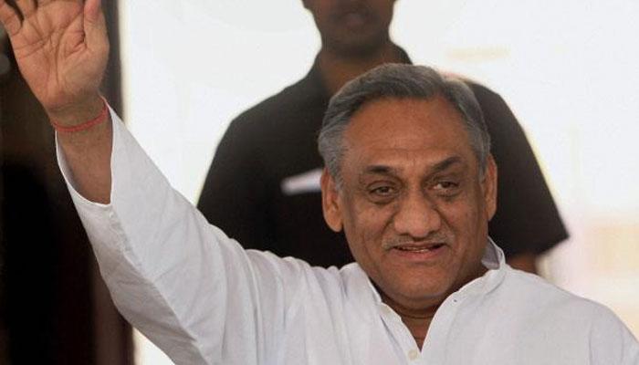 उत्तराखंड की सियासत गरमाई, कांग्रेस ने पूर्व CM विजय बहुगुणा के बेटे साकेत को पार्टी से निकाला