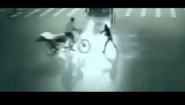 देखें कुदरत का करिश्मा: कैसे 'फरिश्ते' ने अचानक सामने आकर एक शख्स को मौत के मुंह से बचाया, CCTV में हुआ कैद?