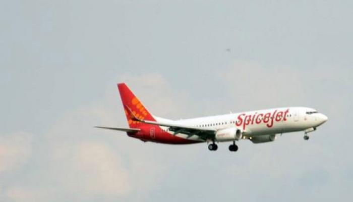 स्पाइसजेट के पायलट ने उड़ते विमान के कॉकपिट में खुद को एयरहोस्टेस के साथ बंद किया, गई नौकरी