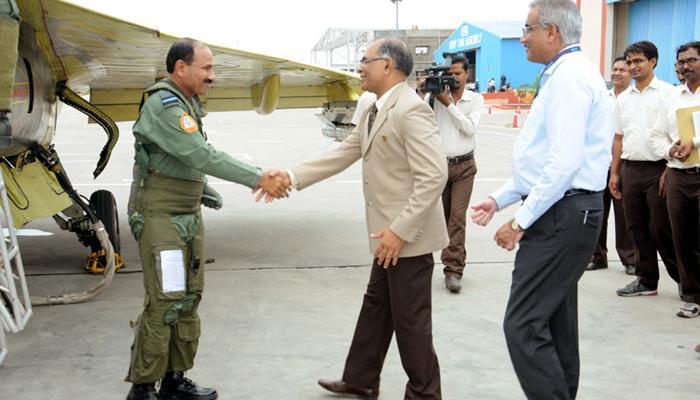 वायुसेना प्रमुख अरूप राहा ने स्वदेशी तेजस को उड़ाया