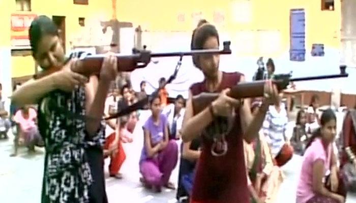 अब तलवार और बंदूक से लव जेहादियों का सामना करेंगी लड़कियां- देखें Video