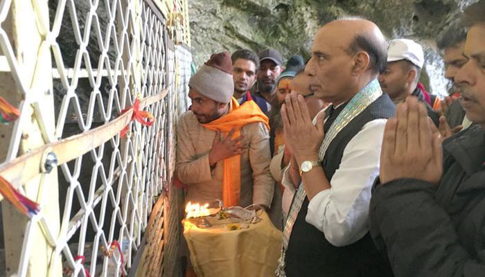 राजनाथ सिह और राज्यपाल वोहरा ने अमरनाथ में दर्शन किए