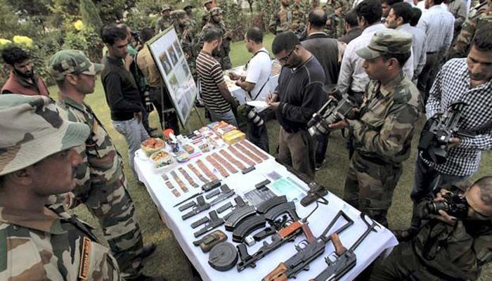 कश्मीर में आतंकी ठिकाने का भंडाफोड़, हथियार बरामद