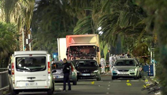 फ्रांस के नेशनल डे समारोह पर हमला, ट्रक में सवार दो आतंकियों ने भीड़ को कुचला, 84 लोगों की मौत