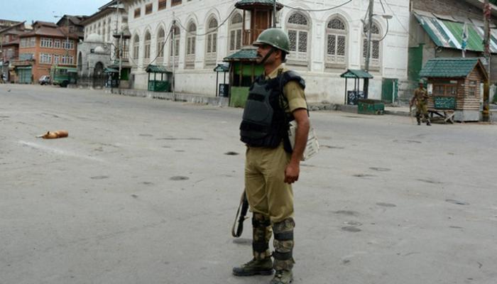 कश्मीर में भीड़ ने सेना के शिविर में घुसने का प्रयास किया; कर्फ्यू जारी, अब तक 42 मरे