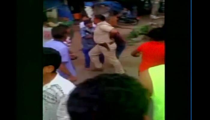 गुजरात: सूरत में सब इंस्पेक्टर को लोगों ने दौड़ा-दौड़ाकर पीटा- देखें Video