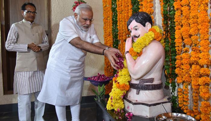 चंद्रशेखर आजाद के गांव पहुंचे PM मोदी, आजाद को श्रद्धांजलि अर्पित की