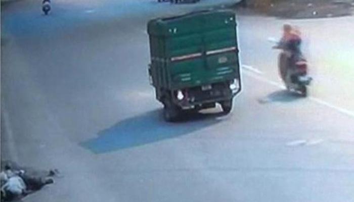 दिल्ली में मर गई इंसानियत! जिंदगी और मौत से जूझ रहे व्यक्ति का मोबाइल ले भागा राहगीर