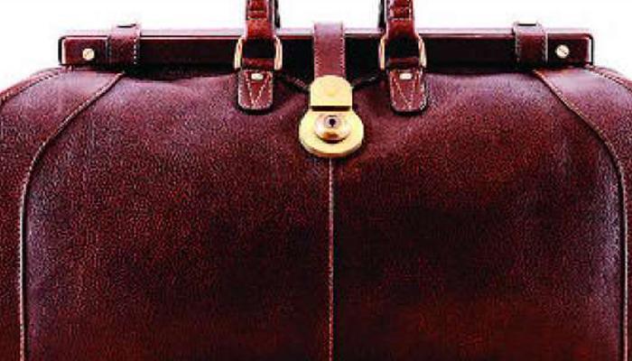 गाय के चमड़े से बना बैग ले जाने के संदेह में मुश्किल में फंसा व्यक्ति