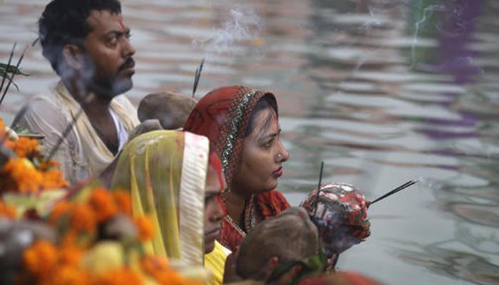 छठ पूजा : देश भर में श्रद्धालुओं ने घाटों पर डूबते सूर्य को दिया अर्घ्य