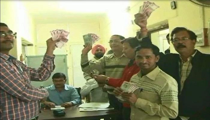 एडवांस में मिले 10,000 रुपये, कर्मचारी मुस्कराए