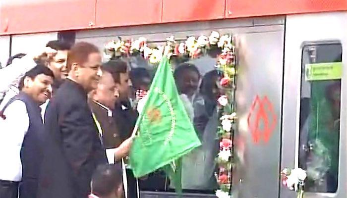 लखनऊ मेट्रो उतरी पटरी पर अखिलेश-मुलायम ने दिखायी हरी झंडी