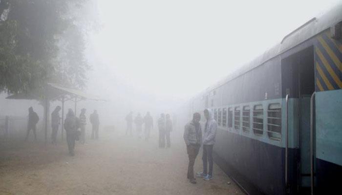 कोहरे ने थामी रफ्तार; 81 ट्रेनें देरी से , छह रद्द की गई