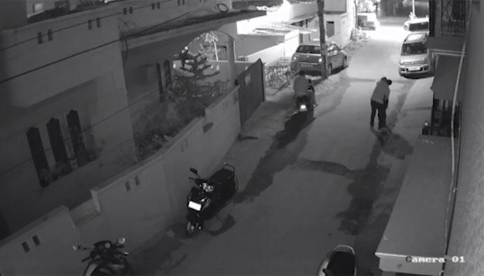 बेंगलुरु में फिर घटी शर्मनाक घटना: सड़क पर लड़की से हुई छेड़छाड़, CCTV फुटेज से हुआ खुलासा