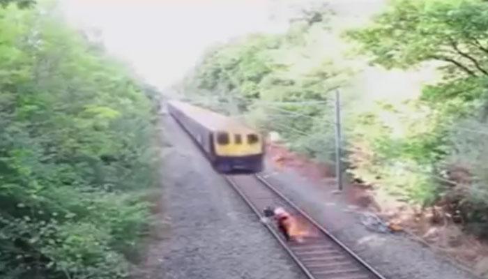 तेजी से आती ट्रेन के सामने ट्रैक पर फंसे शख्स की तय थी मौत! क्षण में हो गया ये चमत्कार! इस वायरल VIDEO को देख आप भी हो जाएंगे हैरान