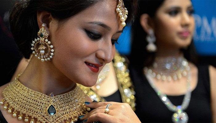 सोना और चांदी में गिरावट, सोना अब 29750 रुपये प्रति 10 ग्राम